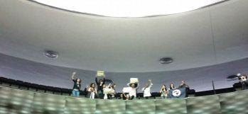 Militantes fazem ato pela internet livre no plenário