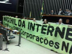 Deputados levam faixa da sociedade de apoio ao novo Marco Civil da Internet